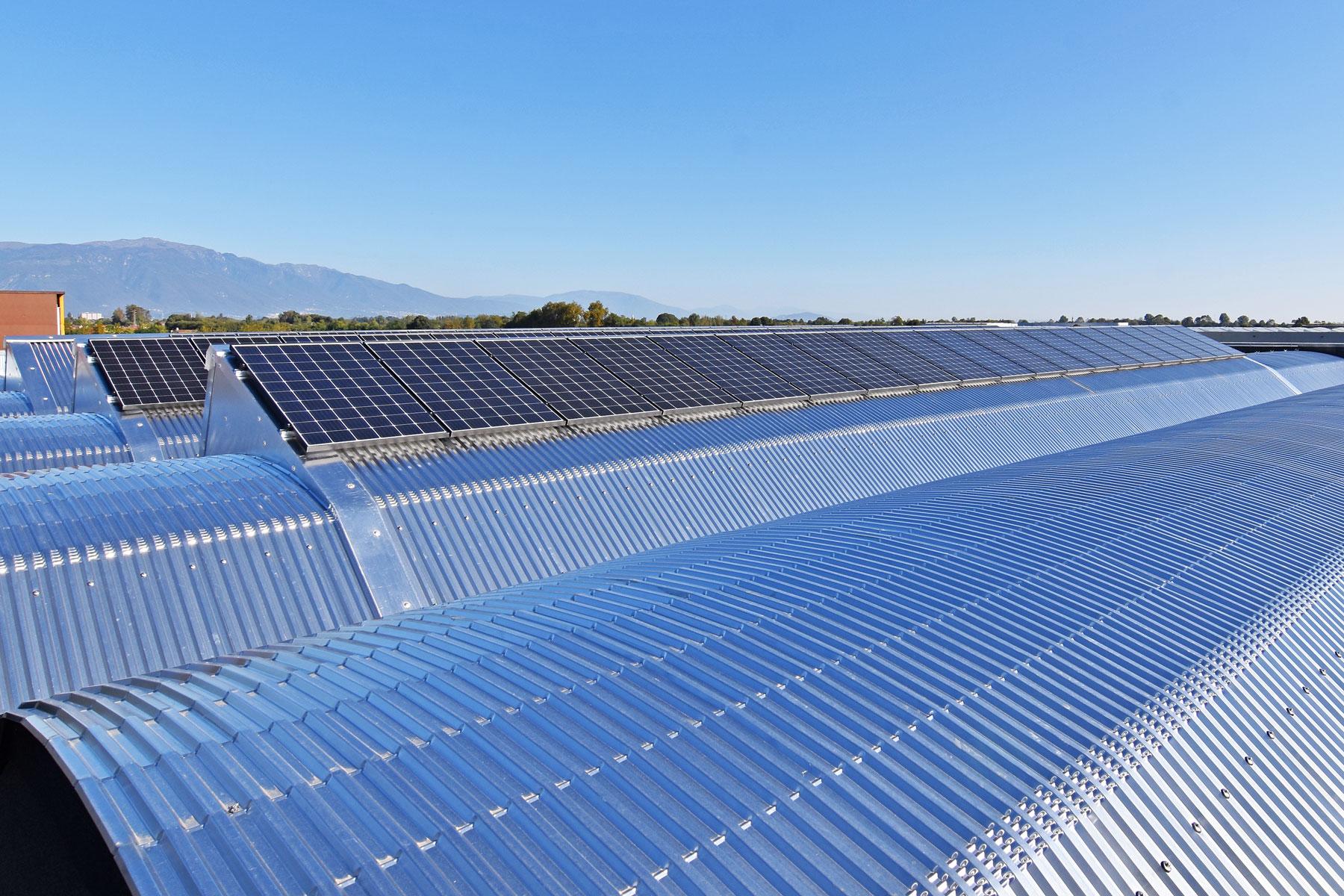 Pannelli Solari nel tetto del deposito D.L.G. s.r.l.